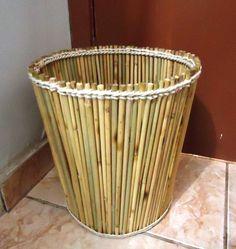 Lixeira feita artesanalmente com palitos de churrasco.  Artesão: Toufic Assad Daher. Bamboo Planter, Bamboo Art, Bamboo Basket, Bamboo Crafts, Bamboo Structure, Rectangular Planters, Bamboo Architecture, Green Plates, Bamboo Design