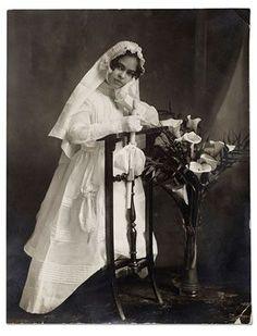 Frida Kahlo en su primera comunion, Mexico, 1920.