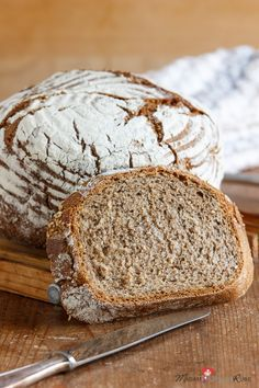 Du liebst Brot mit viel Kruste? Am besten mit einer krachenden Kruste? Dann empfehle ich dir dieses Bauernstubenbrot aus dem Topf mit einer zarten Geschmacksnote nach Mohn und Sesam. Und einfach ist es zudem herzustellen.