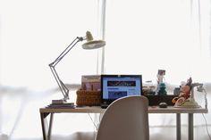 Mi escritorio va cogiendo forma: flexo Fase, silla Panton y un montón de cacharros que lo hacen un entorno agradable. Desk in white with Fase lamp and Panton chair.