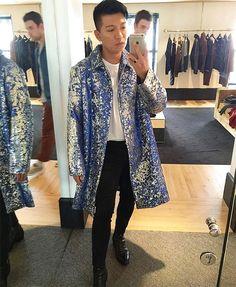Bryan está postando várias fotos falando que compra suas próprias roupas