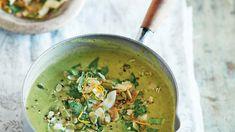 """Doe ons maar een hele pan van deze wonderschone creamy soep! Pip & Nut, een crap free pindakaas company uit Engeland, maakte het kookboek """"The Nut Butter"""". Waarin elk recept…"""