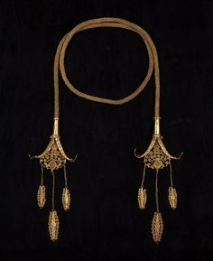 A royal chain (Kantar) of finely woven gold wire,the delicate terminals of which represent nagas from whose open mouths filled with complex spirals the lower chains are hung. In the past the kantar was worn not by the ruler but by his personal slave who mediated in a trance on his behalf between the secular world and the spiritual one. Made by jewellers of Roti and Ndao islands.