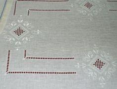 tovaglia a punto antico ricamata tono su tono su lino bianco -siena f.lli graziano- | por detraluna