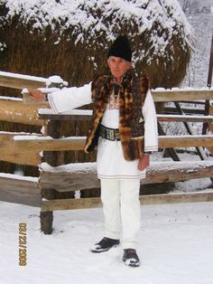 Romanian traditional folk costume The Second City, Moldova, Folk Costume, My Heritage, Central Asia, Kirchen, Eastern Europe, Bulgaria, Folklore