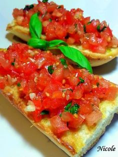 BRUSCHETE CU ROSII SI BUSUIOC Bruschetta, Food And Drink, Cooking Recipes, Breakfast, Ethnic Recipes, Crafts, Easy Trifle Recipe, Recipes, Sweets