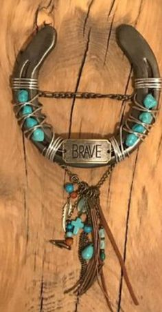 guide and tips on rustic home decoration Horseshoe Projects, Horseshoe Crafts, Lucky Horseshoe, Horseshoe Art, Horseshoe Ideas, Western Kitchen Decor, Rustic Decor, Gifts For Horse Lovers, Gift For Lover