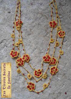 Collier au crochet rouge et jaune triple rangs alternant fleurs et perles de rocaille : Collier par les-tiroirs-secrets-de-fantine