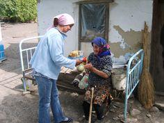 Ouderenproject Moldavie. De Zuthpense HAND sponsorde een fiets voor de kok, zodat zij niet langer meer te voet alle maaltijden hoeft te bezorgen aan de ouderen in de streek.