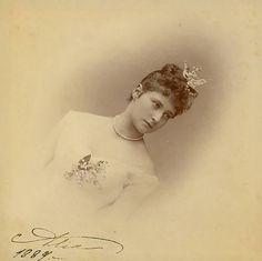 Her Grand Ducal Highness Princess Alix of Hesse and by Rhine em 1889. Assinado e datado.