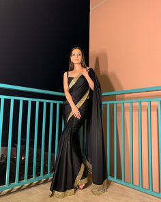 We've watched an Indian movie even once in our lives and we've all been charmed with these colorful traditional outfits, saree styles. Indian Fashion Dresses, Dress Indian Style, Indian Designer Outfits, Ethnic Fashion, Fashion Outfits, Mode Bollywood, Bollywood Saree, Bollywood Fashion, Sari Dress