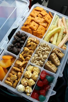 How to Have an Amazing Road Trip with Your Kids Road Trip snacks for kids tackle box hack Healthy road trip snacks for adults, children and deathRoad Trip Snack Tips to Survive a Road Trip With Toddlers: What Road Trip With Kids, Family Road Trips, Auto Snacks, Baby Food Recipes, Snack Recipes, Road Trip Snacks, Camping Snacks, Snacks For The Road, Tent Camping