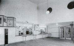 station Rotterdam Blaak stationsgebouw I (1934) middendeel met twee verdiepingen met fronton met uurwerk en versiering. Aan weerszijden een vleugel met gelijke bekroning in de eindgevels als in het middendeel
