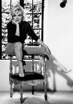 Actrice Marilyn Monroe liep graag op de schoenen van de Italiaanse ontwerper Salvatore Ferragamo. Het schoenenlabel brengt verschillende modellen die Monroe droeg opnieuw op de markt. Ferragamo maakte voor Monroe de hakken altijd net iets korter, waardoor de neus van de schoen iets omhoog stond. Zo kon ze beter met haar heupen wiegen en kreeg ze haar befaamde loopje. Door de ingenieuze schoenen leek Marilyn slanker en groter en haar achterwerk wat ronder. Photo: Museo Salvatore Ferragamo