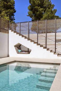 Mediante la adición de paneles de madera y barandillas de acero a una casa existente en Saint-Tropez, Francia, Vicente Coste reinventó s...