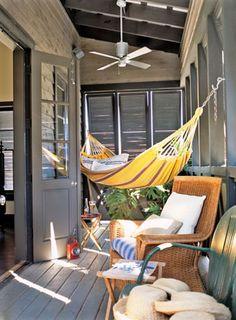 """avskärmad """"amerikansk veranda"""" (porch) + hängmatta (stolpar på altan)"""