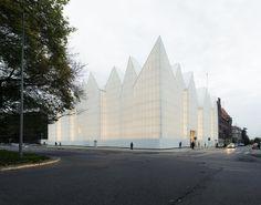 In Szczecin, Polen is tussen de historische bebouwing een sneeuwwit concertgebouw verrezen: http://www.architectenweb.nl/n36051