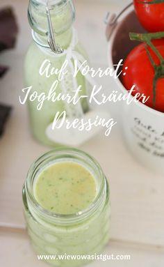 Salat esse ich ja so gerne. Aber das Dressing mixen ist jedes Mal ein Aufwand. Wie wäre es dann mit diesem leckeren Joghurt-Kräuter Dressing auf Vorrat. Einmal gemixt und für mehrere Tage hat man ein leckeres Dressing. Geht mit und ohne Thermomix total schnell. Viele frische Kräuter aus dem Garten können verwendet werden. #dressing #salat #kräuter