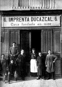 Imprenta Ducazal en la Plaza de Isabel II, 6 (1900)