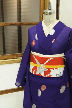 深みのある美しい紫色の地に、シルバーとパウダーレッドのラメ糸で織り出された水玉模様がレトロモダンキュートな紗の夏着物です。
