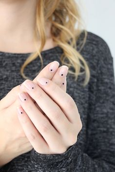 Le nail art minimaliste (et ultra facile). Je suis vernie - Le nail art minimaliste (et ultra facile). Je suis vernie { You are in the right place for d - Minimalist Nails, Trendy Nail Art, Easy Nail Art, Elegant Nails, Stylish Nails, Black Dot Nails, Nail Art Designs, Jolie Nail Art, Art Minimaliste