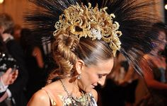 Sarah Jessica Parker in Giles Deacon at the MET Gala 2013. Here is a close up of the headdress and - isn't it fab?