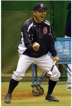 "中日谷繁監督、就任後""初ノック""  (via http://www.nikkansports.com/baseball/news/photonews_nsInc_p-bb-tp0-20131111-1216865.html )"