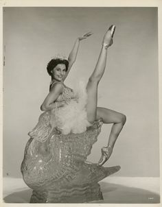 Actress and dancer Cyd Charisse date unknown. Golden Age Of Hollywood, Vintage Hollywood, Hollywood Glamour, Classic Hollywood, Hollywood Style, Vintage Glamour, Vintage Beauty, Cyd Charisse, Vintage Ballet