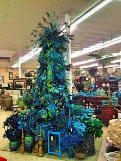 Blue Christmas Tree Decorations, Centerpiece Christmas, Peacock Christmas Tree, Beautiful Christmas Trees, Noel Christmas, Holiday Tree, Country Christmas, Xmas Tree, Christmas Themes