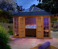 Das kleine Spa im eigenen Garten - mit Whirlpool im Pavillon und Blick auf den Himmel durch ein Glasdach!