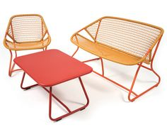The compact and curvy Sixties collection perfectly embodies the Fermob attitude: resolutely young and laid-back. With welcoming curves, a colorful aluminum frame, a resin seat that's sensual to the touch, and airy woven patterns, Sixties promises gentle moments outside… and in.