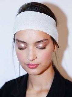 Super-Inspiring Beauty Looks: shimmering eyeshadow with rose-bitten lips