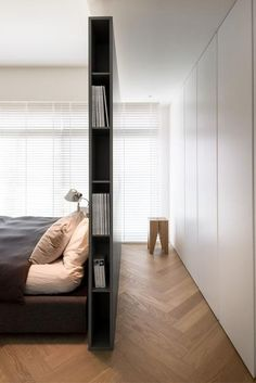 Living ideas bedroom - use the space behind the bed- Wohnideen Schlafzimmer – den Platz hinterm Bett verwerten small modern bedroom with gray partition as bookshelf, built-in wardrobe white, parquet floor and white blinds -