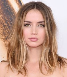 wedding hair color Get Cuban beauty Ana de Armas gorgeous bronde hair color when you this professionally crafted hair color formula and step-by-step guide. Blonde Hair With Highlights, Brown Blonde Hair, Honey Brown Hair, Honey Blonde Hair, Cabelo Inspo, Hair Color 2017, Hair Colour, Hair Color Formulas, Hair Day
