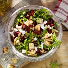 Colorful bean salad with cubes of bread and goat cheese - recipe - Seafood Recipes Rocket Salad, Goat Cheese Recipes, Bean Salad, Arugula, Bite Size, Seafood Recipes, Cobb Salad, Goats