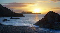 Sunrise over Dalkey Island taken from White Rock Beach, Killiney. Christmas In England, Irish Landscape, Old Building, Ancient Ruins, Dublin Ireland, Photo Art, The Good Place, Places To Go, Sunrise