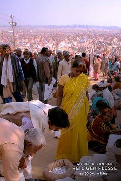Markttreiben während des KUMBH MELA (größtes religiöses Festival der Welt) 2013 in Allahabad. (Filmstill)