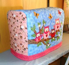Идеи красивых чехлов для швейной техники Sewing Table, Sewing Box, Diy Sewing Projects, Sewing Hacks, Diy Bags No Sew, Appliance Covers, Coin Couture, Fabric Storage Boxes, Patchwork Tutorial