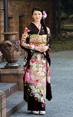 Nao Kanzaki and a few friends: Emi Takei: New Furisode kimono pics I 💗 Japanese Girls Japanese Geisha, Japanese Beauty, Japanese Girl, Asian Beauty, Kimono Tradicional, Furisode Kimono, Japanese Costume, Sari, Japanese Outfits