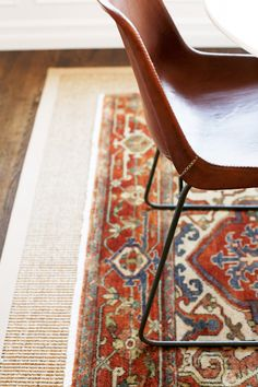 Spotlight on Layered Rugs Design Trend! Tons of design inspiration & examples of how to use layered rugs in any room in your home to add texture and style. Kiosk Design, Layering Trends, Layering Rugs, Estilo Navajo, Turbulence Deco, Seattle Homes, Tudor Style Homes, Deco Boheme, Jute Rug