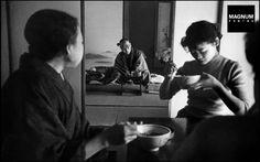 これはとっても美しい写真。和室でひとり、化粧をする浴衣姿の女性。1951年の作品です。この写真から伝わって来る完成された世界観はなんなのでしょう。実に美しい。この作品はWerner Bischof(...