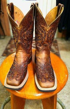 Rhinestone Cowgirl Boots Smoked Topaz Swarvoski crystals squared toed Justin, these would be perfect for wedding boots! Country Boots, Western Boots, Justin Ropers, Looks Country, Estilo Country, Over Boots, Def Not, Wedding Boots, Cute Boots