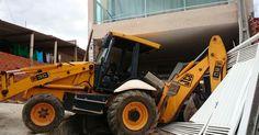 Trator sem freio derruba portão e invade casa em Sorocaba