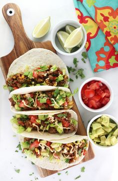 Tex-Mex Tacos with Sriracha Mayo - Let's spend the weekend poolside with cool cocktails, great friends and lots of tacos! Mexican Food Recipes, Beef Recipes, Dinner Recipes, Cooking Recipes, Ethnic Recipes, Lunches And Dinners, Meals, Taco Ingredients, Tex Mex