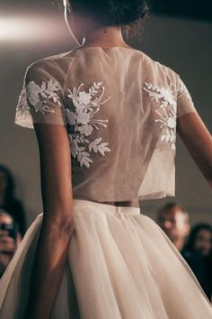 Jupon en tulle : Mira Zwillinger Bridal Spring 2016 / Wedding Style Inspiration - Weddings: Dresses, Engagement Rings, and Ideas Fashion Details, Look Fashion, Runway Fashion, High Fashion, Fashion Design, 90s Fashion, Couture Fashion, Couture Style, Bridal Fashion