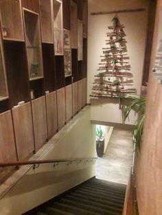 Man merkt die Liebe zum Detail! Verteilt im ganzen Hotel sorgt der festliche Schmuck für Weihnachtsstimmung. #angererhof #weihnachtszeit #advent #weihnachtsschmuck #steiermark #anger Das Hotel, Advent, Stairs, Home Decor, Christmas Jewelry, Christmas Time, Vacation, Love, Stairway