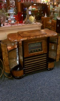 This kind of kitch decor Vintage Bar, Vintage Wood, Radios, Art Nouveau, Old Stove, Art Deco Bar, Old Time Radio, Antique Radio, Entertainment Centers