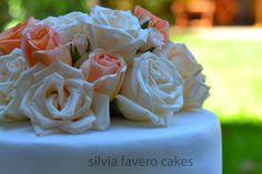 Bouquet de rosas naturales sobre la torta de bodas | Natural roses bouquet on the wedding cake