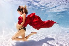 The latest trend in maternity photography is to ditch dry land. The Florida-based photographer Adam Opris has been working with pregnant women to take part in dreamlike underwater shoots. If you thought pregnant mermaids were Underwater Maternity Photography, Underwater Photoshoot, Maternity Portraits, Maternity Photographer, Maternity Pictures, Pregnancy Photos, Underwater Images, Pregnancy Photography, Pregnancy Announcements