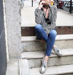 Many women's shoe collections do not contain a pair of silver shoes and that is indeed a shame. Silver shoes can add a different look to an outfit that you never imagined before. From casual … Oxford Outfit, Brogues Outfit, Metallic Shoes, Silver Shoes, Shiny Shoes, Outfit Work, Outfit Night, Silver Brogues, Casual Looks